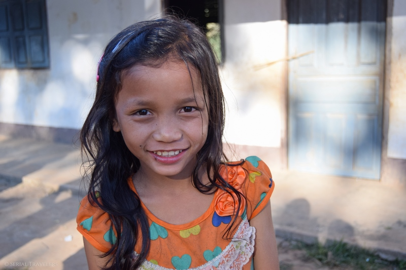 serial-travelers-laos-nong-khiaw-sopkeng-sop-keng-fille-portrait-enfant