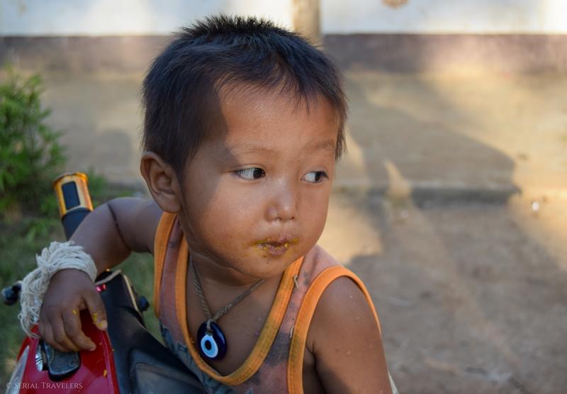 serial-travelers-laos-nong-khiaw-sopkeng-sop-keng-joueur-bebe-garcon-scooter