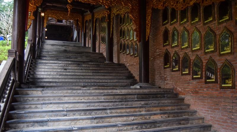 serial-travelers-vietnam-ninh-binh-temple-bai-escalier
