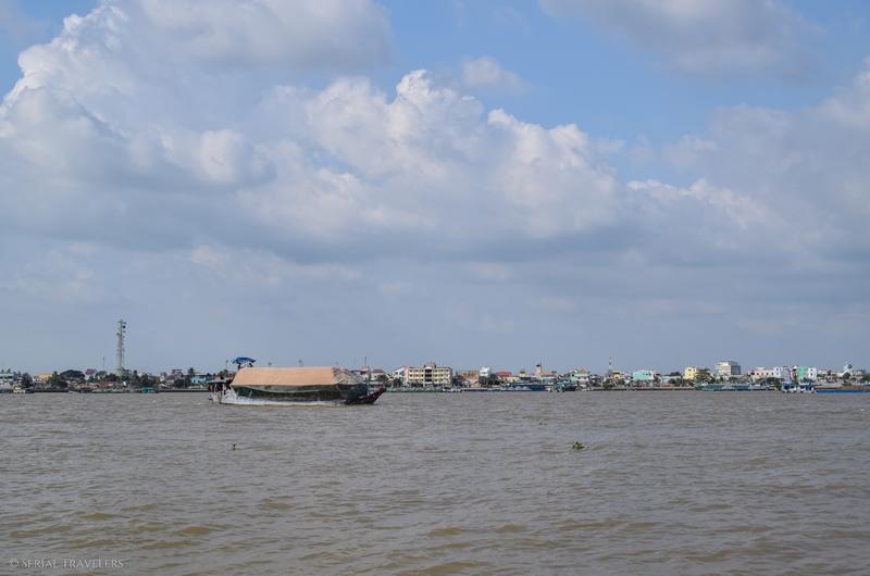 serial-travelers-vietnam-croisiere-delta-mekong-bateau-rive