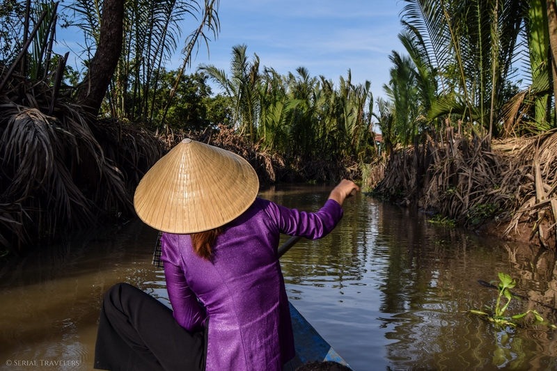serial-travelers-vietnam-croisiere-delta-mekong-water-coconut-pirogue-chapeau-chinois