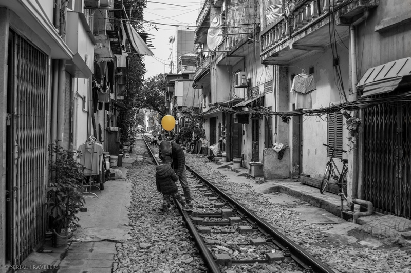 serial-travelers-vietnam-hanoi-train-street1
