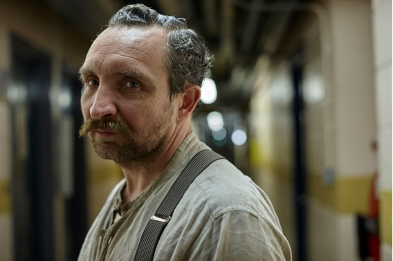 Eddie Marsan interpreta Cream, um assassino do século dezenove que atormenta River.