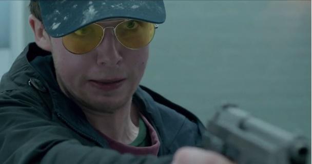 Em cena: o ator Alex Lawther em um dos momentos mais desajeitados do episódio, mas que não o compromete.