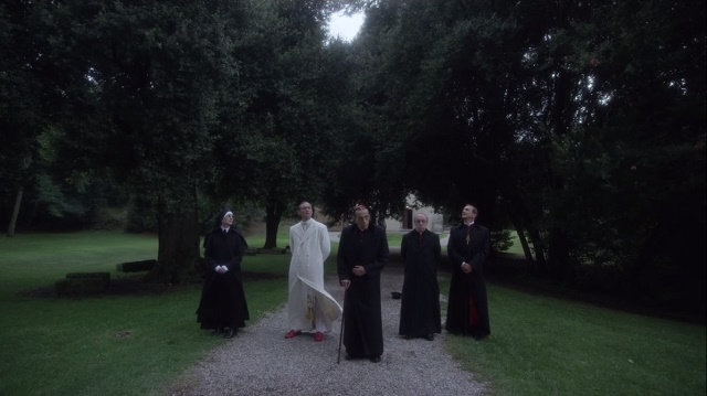 """Belardo e sua alta cúpula recebendo uma """"despedida"""" de Spencer, lembrando-s que ele ficará bem. The Young Pope / HBO"""
