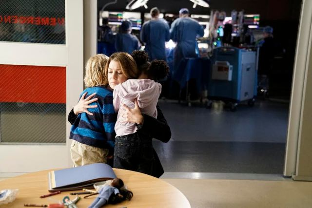 """GREY'S ANATOMY - The Room Where It Happens - A difficult surgery brings back pivotal memories for Meredith, Richard, Owen and Stephanie, as they work together to save a life, on """"Grey's Anatomy,"""" THURSDAY, NOVEMBER 10 (8:00-9:00 p.m. EDT), on the ABC Television Network. (ABC/Michael Desmond) BRODY GOODSTADT, ELLEN POMPEO, ANIELA GUMBS"""