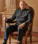 Alan Dale es el General Rysen.