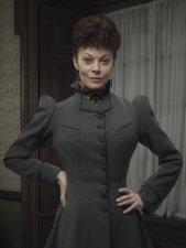 Helen McCrory es Evelyn Poole, Aka Madame Kali.
