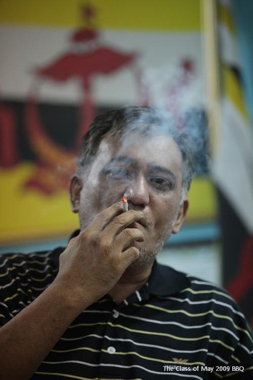 I love this photo. Thank you Jan. Smoking is haram? HARAM MY FOOT...!!! LANG SUT LAH...!!!