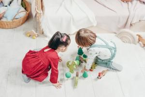 los niños recojan sus juguetes