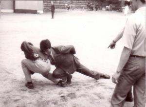 오성준 선배와 양건주의 약식 씨름, 1969년 비원에서