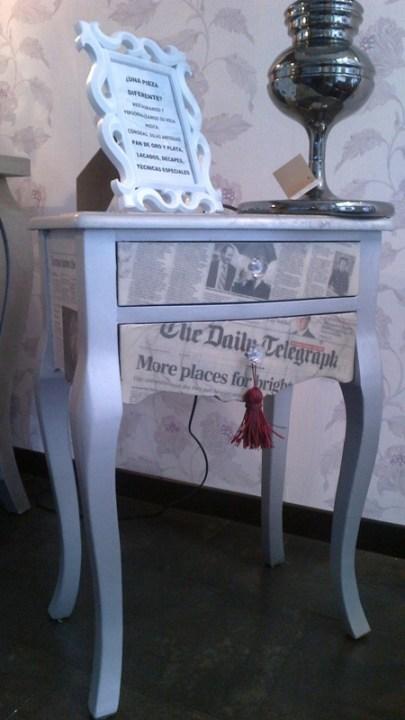 Mesita auxiliar personalizada lacada plata y papel de diario