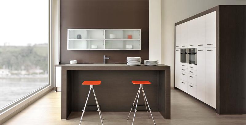 Muebles de cocina moderna en crema y chocolate – Reformas y ...