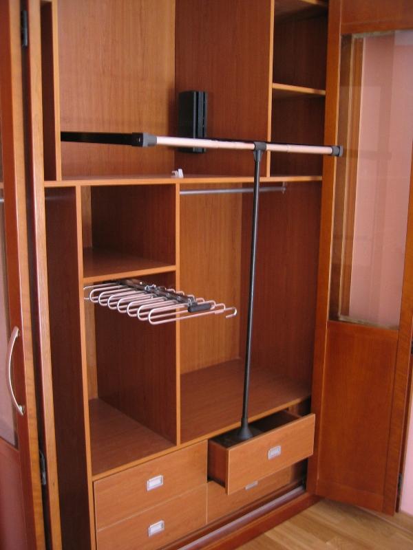 Interior armario a medida color cerezo con barra abatible