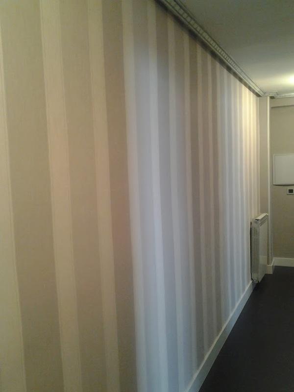 papel a rayas en grises para pasillo
