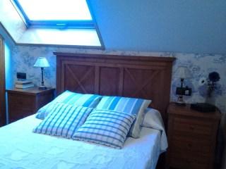 Decorar dormitorio abuhardillado en tonos azules