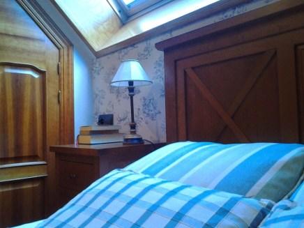 Empapelado cabecero dormitorio abuhardillado