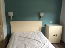 Papel pintado azul turquesa dormitorio y muebles lacados blancos