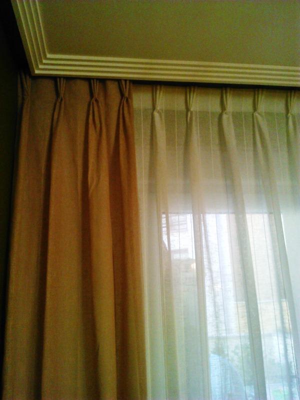 detalle cortinas comedor beige pliegue francés, caídas en tostado ...
