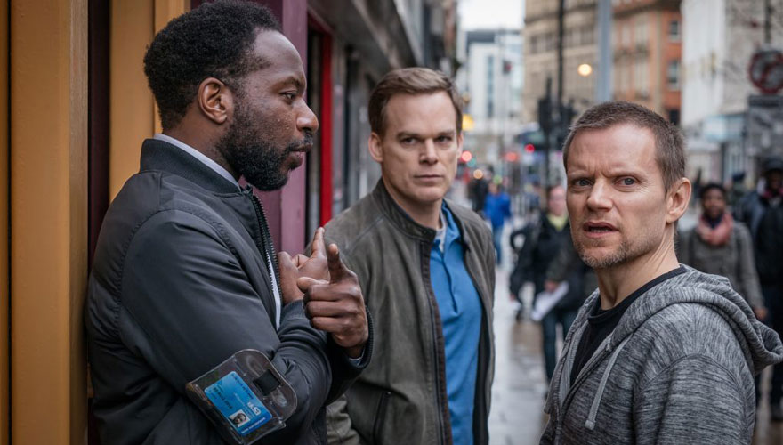 [:tr]Dexter Olarak Tanıdığımız Michael C. Hall Dizisi 'Safe'den İlk Fragman![:en]Watch 'Safe' Trailer & Premiere Date: First-Look At Dexter Michael C Hall's Netflix Crime Drama[:]