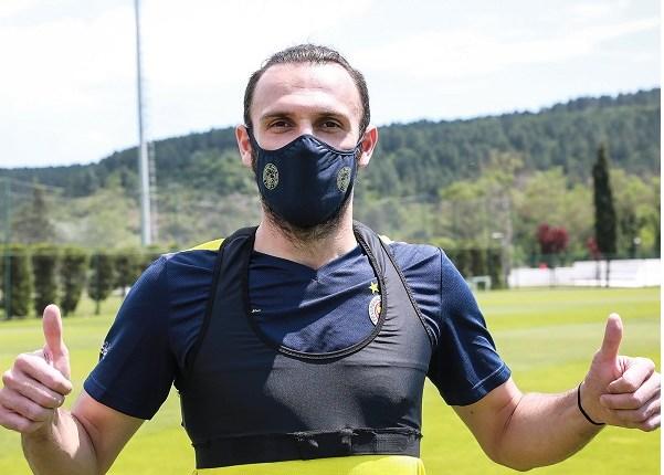 Fenerbahçe spor kulübü taraftarlarına koruyucu maske çıkarttı