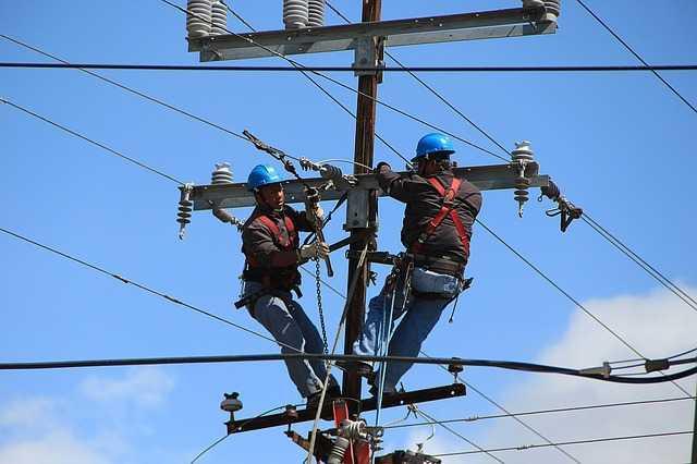 Pekerja instalasi listrik