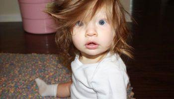 Bayi Dengan Rambut Lucu