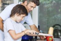Mulai Ajarkan Anak Laki-laki Anda untuk Lakukan Pekerjaan Rumah Tangga, karena inilah 4 Manfaatnya!