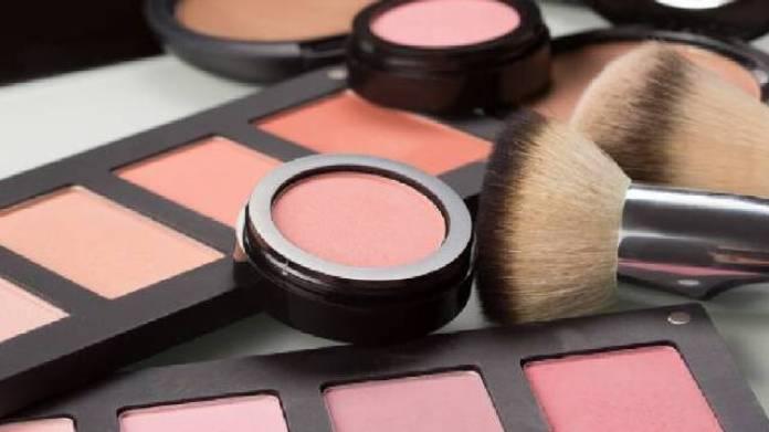 Tips Makeup untuk Wanita Berusia 40 Tahunan Agar Tampak Awet Muda