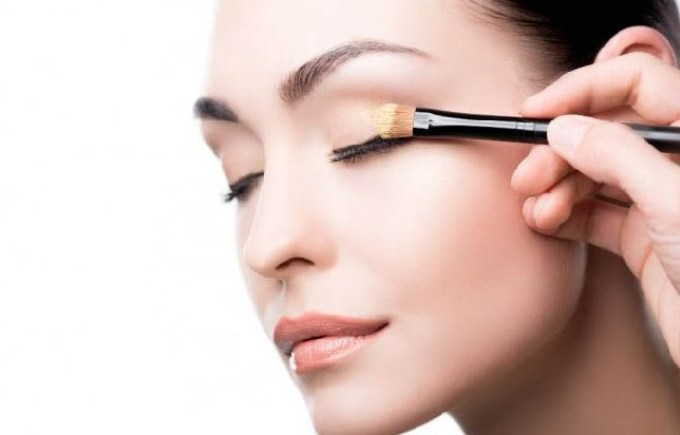 8 Tips Makeup Anti Luntur Saat Pakai Masker
