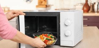 6 Bahaya Menghangatkan Makanan dengan Microwave