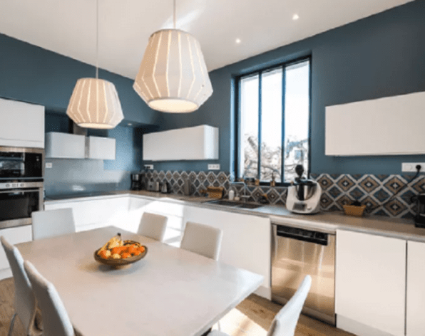 Contemporary L-Shaped Eat-In Kitchen Idea In Lyon