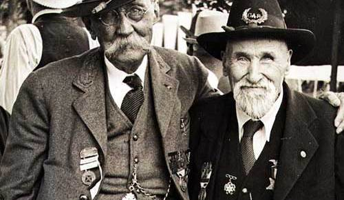 old confederate and union veterans arm and arm at gettysburg battle reunion 1938