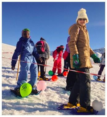 Hanna y Fátima se disponen a defender sus globos de los pisotones de los compañeros.