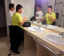 """Momento """"Taller"""" para Eduardo y Mateo en el baño del albergue."""