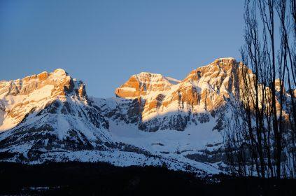Peña Telera saluda al Albergue en lo que va a ser un estupendo día de esquí.