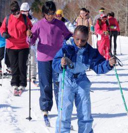 Fátina, Shoba y María ya están en la huella del esquí. El grupo espera detrás.