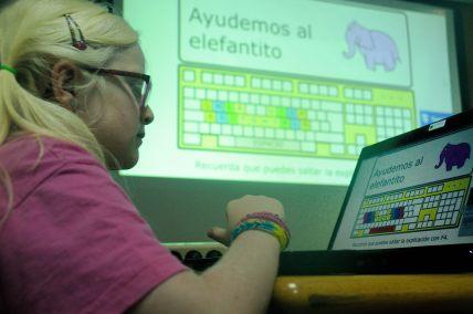 Elisa frente a las primeras lecciones de mecanografía.