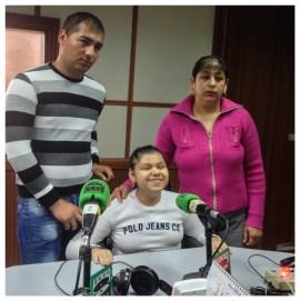 Cami posa junto a su madre y su hermano en los estudios de Onda Cero.