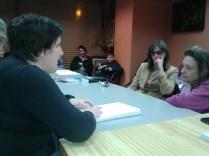 Sonia lee un fragmento de los Cuatro Cuentos Rusos ante las atentas Ruth y Águeda