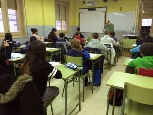 Jairo en el aula 8 escuchando las instrucciones