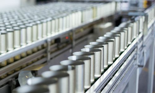 Operator fabrica de conserve Italia