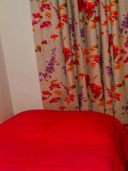 superbe rideaux et couvre lit assorti