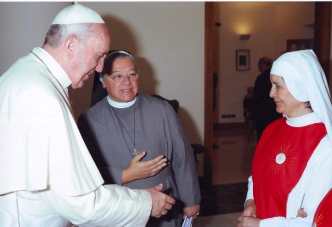 Papież Franciszek, matka generalna M.Mabel i sakramentka