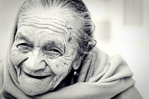 Un secret du bonheur : sourire pour être heureux et non être heureux pour sourire