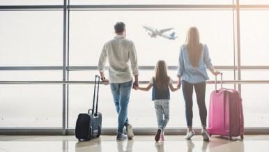 famiglia in aeroporto Turismo: 1 italiano su 2 non andrà in vacanza
