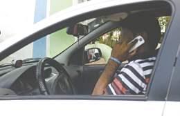 Infracoes no transito. Motorista fala ao celular enquanto dirige.  - Cidade - 04ci0501  -  ERIKA FONSECA/AGENCIA DIARIO