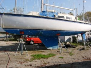 Picture of a generic fin-keel boat. It is easy to see how exposed the propeller and rudder are. Having the rudder right near the stern, far away from the keel, contributes to good steering characteristics, though.