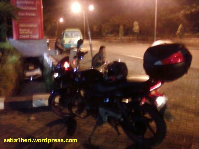 pom bensin bunder pada malam hari