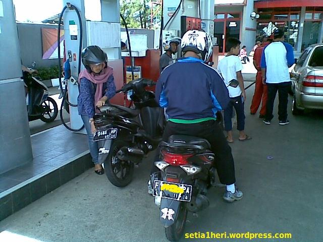ilustrasi isi bensin di SPBU